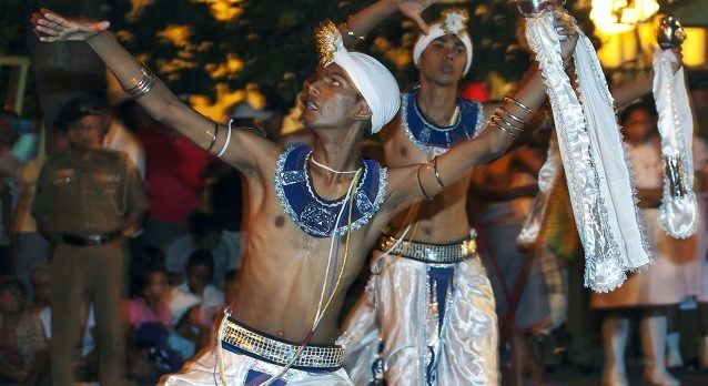 Die Esala Perahera Parade, festlich gekleidete Männer