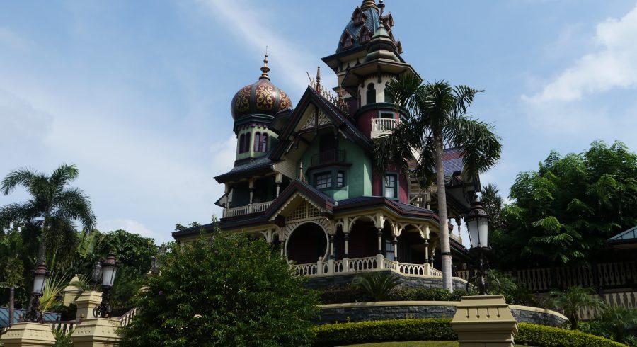 Buntes Schloss mit Türmchen und Kuppeln im Hong Kong Disneyland