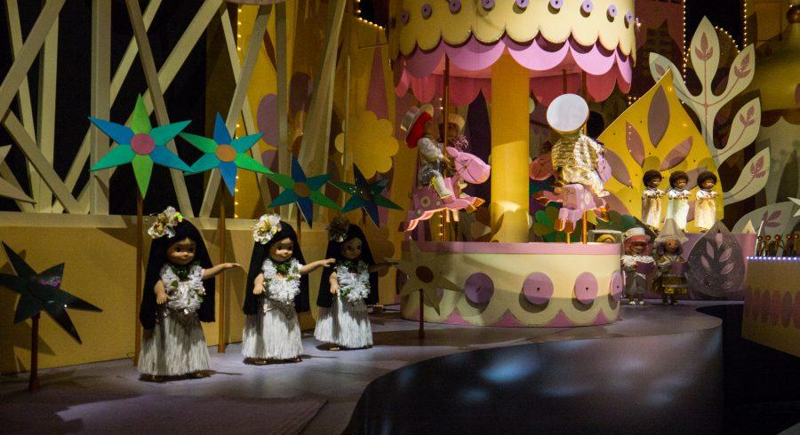 Lebensgroße Puppen vor bunter Kulisse im Hong Kong Disneyland